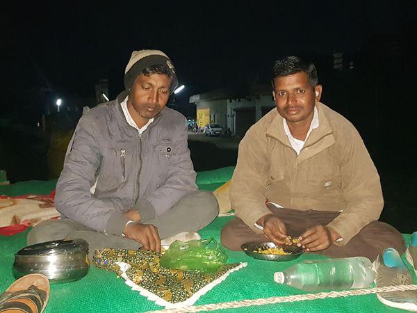 CCI કેન્દ્ર પર બીજી રાત્રિએ ખેડૂતે ટ્રેકટર પર ભોજન કર્યું. - Divya Bhaskar