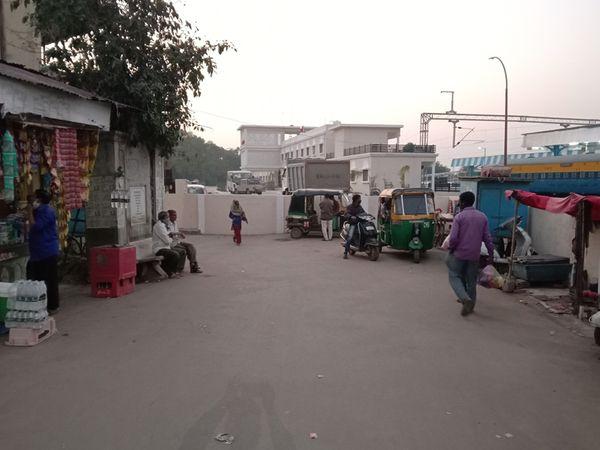 ડભોઈ રેલ્વે સ્ટેશન નો મુખ્ય ગાયકવાડી દ્વાર બંધ કરી કમ્પાઉન્ડ કરી દેવાઈ તે સ્થળની તસવીર. - Divya Bhaskar