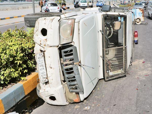 શાહપુર તરફ જવાના રસ્તે પોલીસની ગાડી પલટી મારી ગઈ હતી. - Divya Bhaskar