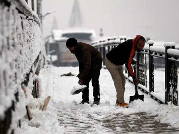 જમ્મુ-કાશ્મીરમાં શ્રીનગર ખાતે ભારે હિમવર્ષા થઈ છે. અહીં રસ્તાઓ પર જામેલા બરફના થર હટાવવાની કામગીરી ચાલુ છે. હાડ થિજાવતી ઠંડીએ લોકોને થથરાવી દીધા છે.