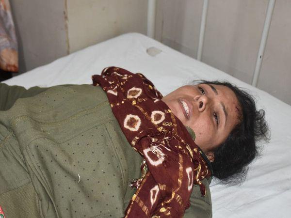 મહિલાને ઇજા પહોંચતાં સારવાર માટે હોસ્પિટલમાં ખસેડાઈ.