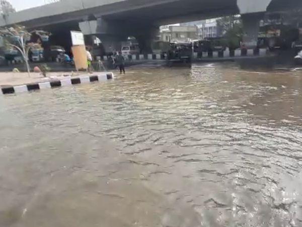 સોશિયો સર્કલ પર પાઈપની સફાઈ દરમિયાન પાણી રસ્તા પર ફરી વળ્યું હતું. - Divya Bhaskar