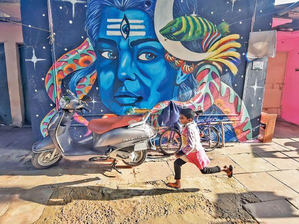 રાજધાની દિલ્હીના બ્યૂટીફિકેશન (સૌંદર્યીકરણ)ના ભાગરૂપે ત્યાંના ખાન માર્કેટ વિસ્તાર નજીક રસ્તા પરનાં મકાનોની બહારની દીવાલોને આકર્ષક રંગબેરંગી મ્યૂરલ્સથી સજાવાઈ છે.