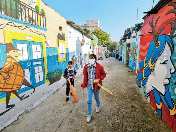 દિલ્હીની દીવાલો પર બનાવાયેલા આ મ્યૂરલ્સ અહીંથી પસાર થતા વાહનચાલકો, રાહદારીઓને આકર્ષે છે.
