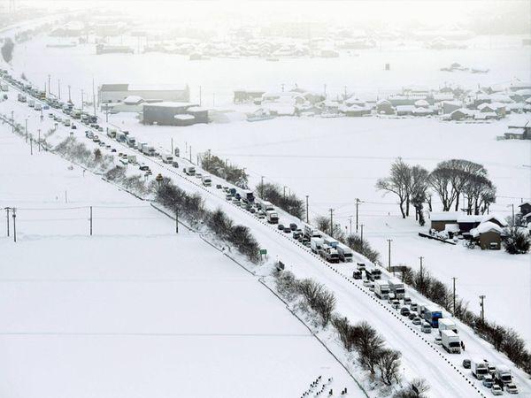 Sea of Japanના વિવિધ વિસ્તારોમાં બરફનું તોફાન આવ્યું છે. ચોતરફ બરફના થર જામ્યા છે. સમગ્ર વિસ્તારમાં જાણે બરફની ચાદર છવાઈ છે. આ સ્થિતિમાં જનજીવન હાલાકીમાં મૂકાયું છે. - Divya Bhaskar
