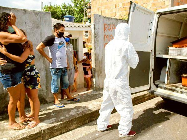 બ્રાઝિલમાં સ્થિતિ નિયંત્રણની બહાર છે. મનૌસ શહેરમાં કોરોનાથી મૃત્યુ પામનાર વૃદ્ધની લાશ લઈ જઈ રહેલા સ્વાસ્થ્યકર્મી. - Divya Bhaskar