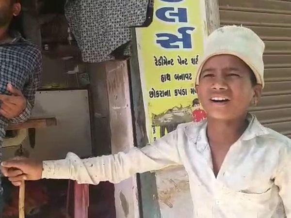 રમેશ વાઘાભાઇ બારોટ નામનો આ બાળક હાલ બાબરામાં રહે છે. - Divya Bhaskar