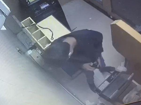 ATM રૂમમાં પ્રવેશેલા તસ્કરે કોઈ સાધનથી બોક્સ તોડીને ચોરી કરી હતી. - Divya Bhaskar