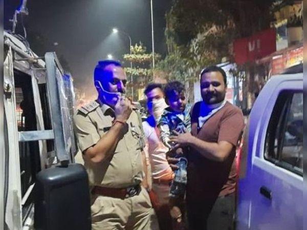 પોલીસે બાળકને બહાર કાઢી પિતાને સોંપ્યું.