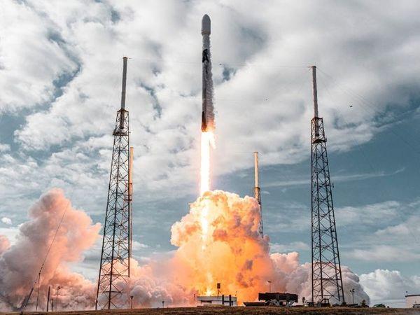 ફ્લોરિડાના કેપ કેનાવેરલ સ્પેસ ફોર્સ સ્ટેશનથી ફાલ્કન-9 રોકેટ દ્વારા સેટેલાઇટ સ્પેસમાં મોકલવામાં આવ્યા હતા. - Divya Bhaskar