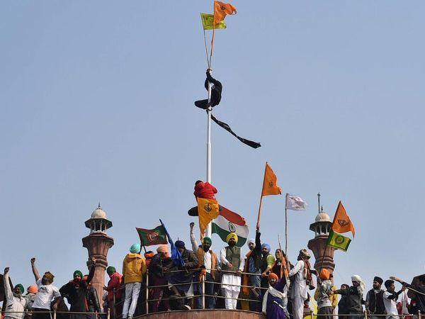 પ્રજાસત્તાક દિવસે દિલ્હીમાં ટ્રેકટર રેલી દરમિયાન ખેડૂત આંદોલન ઉગ્ર બન્યું. ખેડૂતોએ લાલા કિલ્લા પર પોતાનો ધ્વજ ફરકાવ્યો હતો. - Divya Bhaskar
