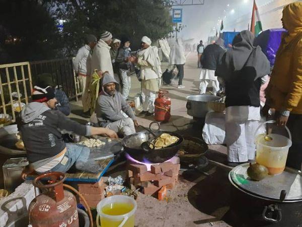 તસ્વીર ગાજીપુર બોર્ડરની છે. દિલ્હી રવાના થતા પહેલા ખેડૂતોએ મોડી રાતે પોતાના માટે ભોજન તૈયાર કરી રહ્યાં છે.