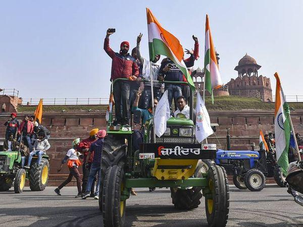 ખેડૂતોનો કાફલો હવે દિલ્હી પહોંચી પહોંચી ગયો છે. તેઓ પોતાના ટ્રેક્ટરની સાથે લાલ કિલ્લા ભવન પહોંચી ગયા છે.