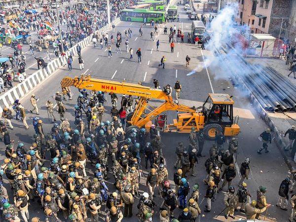 ગાજીપુર બોર્ડરની પાસે ખેડૂતોએ બેરિકેડ તોડવાની કોશિશ કરી. તે પછી પોલીસે ટીયર ગેસના ગોળા નાંખ્યા. જોકે ખેડૂતો ન રોકાયા.