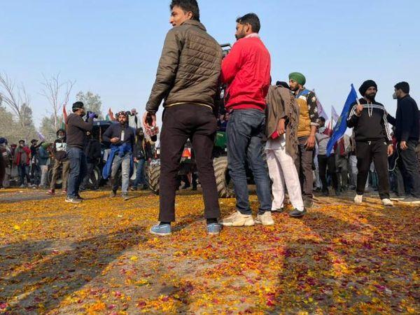 દિલ્હીના સ્વરૂપ નગરમાં લોકોએ ખેડૂત પર ફૂલ વરસાવીને તેમનું સ્વાગત કર્યું. આ જગ્યા સિંધુ બોર્ડરથી લગભગ 14 કિલોમીટર આગળ છે.