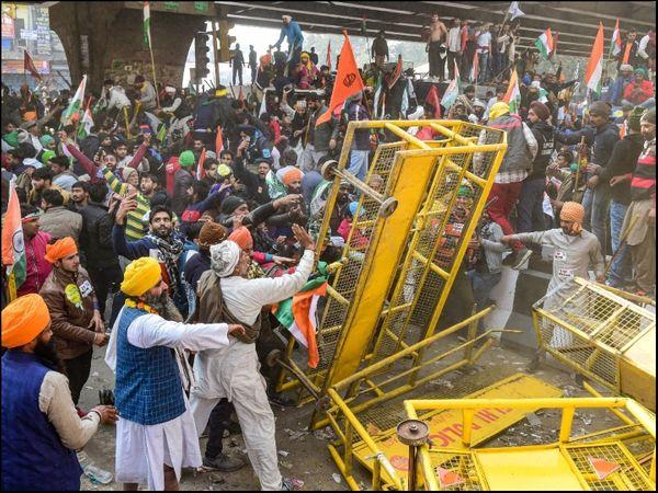ખેડૂતોએ પોલીસ દ્વારા લગાવાયેલા બેરીકેડ્સ તોડીને દિલ્હીમાં લાલા કિલ્લા પર પોતાનો ઝંડો ફરકાવ્યો હતો