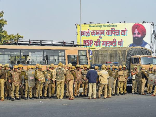 યુપી અને દિલ્હીની પોલીસ ફોર્સ ગાઝીપુર બોર્ડર પર પહોંચી છે. અહીં યુપી રોડવેઝની બસો પણ તહેનાત કરાઈ છે