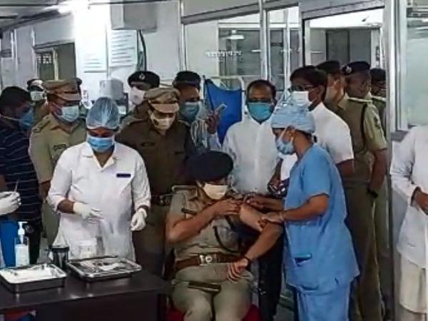 પોલીસ કમિશનર બાદ અન્ય અધિકારીઓને કોરોના રસી મૂકાઈ.