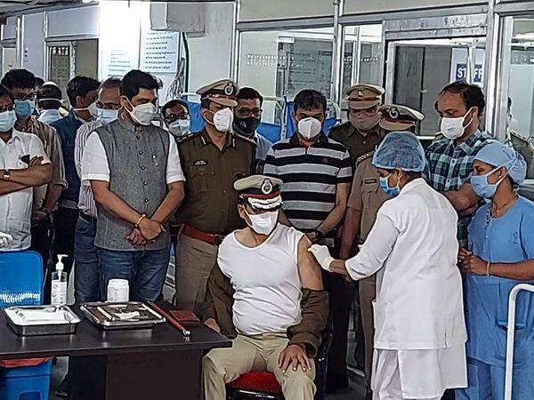 સુરત પોલીસ કમિશનરે સ્મીમેર હોસ્પિટલમાં કોરોના રસી મૂકાવી. - Divya Bhaskar