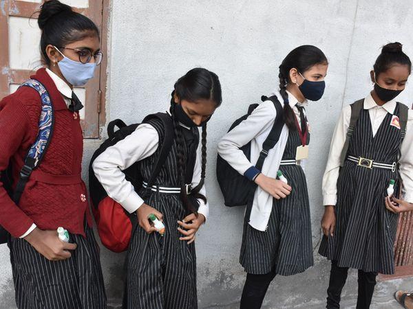ભરૂચ શહેરમાં વિદ્યાર્થીઓ કોરોનાથી રક્ષણ માટે સેનેટાઈઝર અને માસ્ક સાથે આવ્યા હતા. - Divya Bhaskar