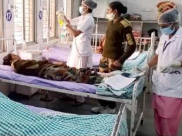 તાલિમાર્થી બહેનોને સારવાર માટે સિવિલ હોસ્પિટલમાં ખસેડવામાં આવી હતી. - Divya Bhaskar