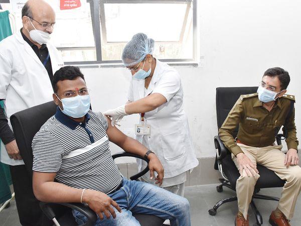 જિલ્લામાં ફ્રન્ટ લાઇન કોરોના વોરિયર્સને રસી આપવાની કામગીરી ચાલી રહી છે - Divya Bhaskar