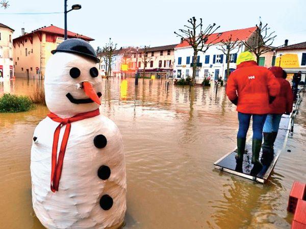 ફ્રાન્સનાં અનેક શહેરો ભારે વરસાદની લપેટમાં છે. દક્ષિણ-પશ્ચિમના અનેક ભાગોમાં સતત વરસાદ વરસી રહ્યો છે. આશરે 2 લાખ લોકો અસરગ્રસ્ત થયા છે. પૂરને લીધે એક વૃદ્ધનું મોત નીપજ્યું છે. હવામાન એજન્સીએ પણ ઓરેન્જ અલર્ટ જાહેર કર્યું છે. વરસાદ ચાલુ રહી શકે છે, જેને લીધે પૂરનો દાયરો વધી શકે છે.