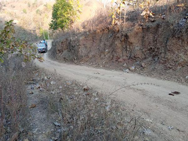નસવાડીના હરખોડથી કુંડા જવાનો કાચો રસ્તો છે. દર ચોમાસામાં ભારે વરસાદને પગલે ગામ સંપર્ક વિહોણું બની જાય છે. - Divya Bhaskar