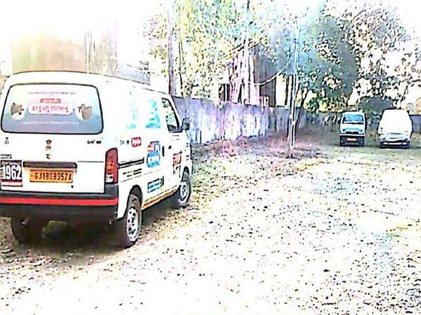 કવાંટ પશુ દવાખાનામા સાંજે 5 વાગ્યે  તાલુકાની ત્રણ પશુ  એમ્બ્યુલન્સ ઉભી રહી હતી. - Divya Bhaskar