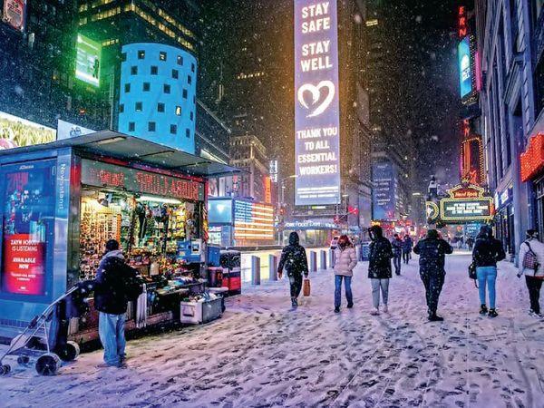 ટાઈમ્સ સ્ક્વેર ન્યૂયોર્કની આ તસવીર છે, જ્યાં બરફની ચાદર પથરાઈ છે. અહીં રહેણાક વિસ્તારો અને માર્ગો પર બે ફૂટની ચાદર પથરાઈ હતી. આ કારણે વિન્ટર ઈમર્જન્સી જાહેર કરાઈ હતી.