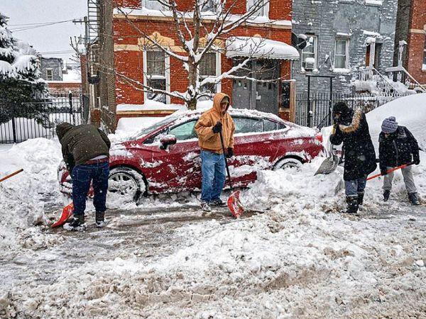 પિલસેન, શિકાગોમાં બરફના થર દૂર કરતા કર્મચારીઓ. અમેરિકામાં ખરાબ હવામાનને લીધે 1000થી વધુ ફ્લાઈટો રદ કરાઈ હતી. ન્યૂયોર્ક એરપોર્ટ ઓથોરિટીએ 81 ટકા ફ્લાઈટો રદ કરી હતી. આ કારણે અનેક યાત્રીઓ એરપોર્ટ પર ફસાયા છે. હવામાન વિભાગે જણાવ્યું હતું કે તોફાનને લીધે મંગળવારે ભારે હિમવર્ષા થઈ શકે છે.