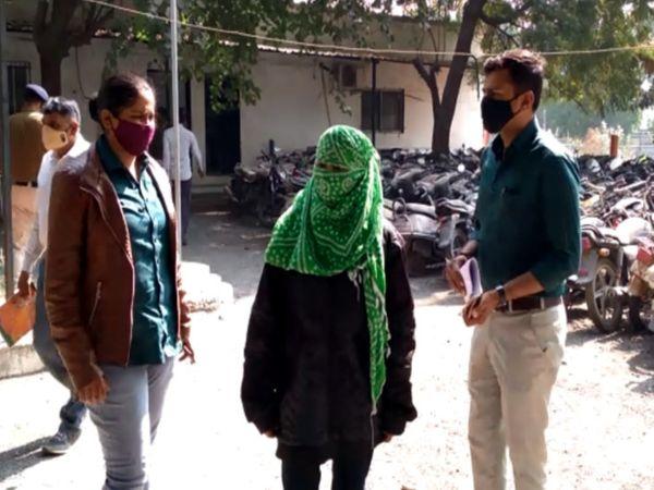બ્યૂટીપાર્લર-સંચાલિકાની અટકાયત કરવામાં આવી. - Divya Bhaskar