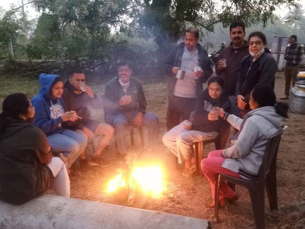 વહેલી સવારે લોકો નિરો કેન્દ્ર પર એકઠા થઈને તાપવાની સાથે આરોગ્ય વર્ધક નિરોનું સેવન કરે છે. - Divya Bhaskar