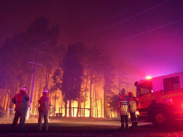 ઓસ્ટ્રેલિયામાં જંગલની આગ નિરંકુશ બની છે. પર્થ નજીક દાવાનળથી 30 ઘર નષ્ટ થયા હોવાના અહેવાલો મળ્યા. જો કે જાનહાનિના સમાચાર આવ્યા નથી. સ્થાનિક રહેવાસીઓના મતે જંગલની આગ એટલી ઝડપથી વધી રહી છે કે સલામત સ્થળે જવું પણ હવે મુશ્કેલ બની શકે છે.