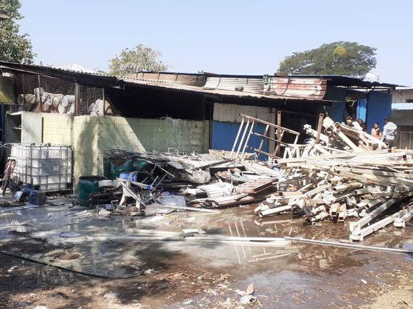 કાલોલ જીઆઇડીસીની કંપનીમાં આગ લાગતાં કંપની અને નગર પાલિકાના ફાયર ફાઇટરો દ્વારા આગને કાબુમાં લેવામાં આવી હતી. - Divya Bhaskar