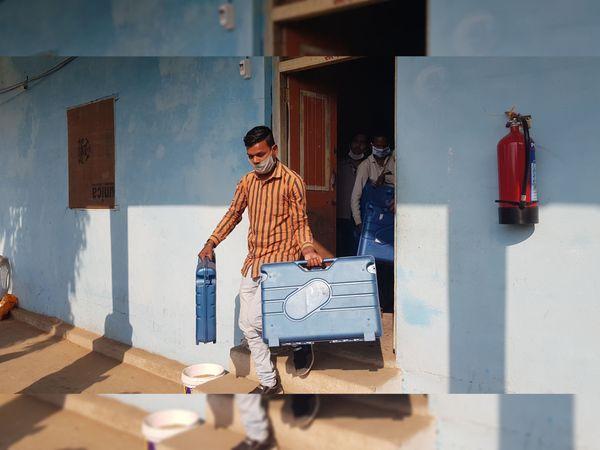 સ્ટ્રોંગરૂમમાંથી ઈવીએમ મશીન બહાર કાઢ્યાં તે તસવીર - Divya Bhaskar