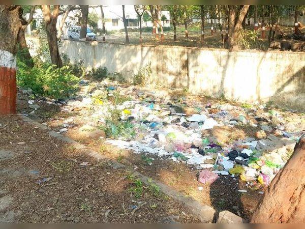 કચરાના ઢગલાથી વરસાદી કાંસ પૂરાતા આગામી ચોમાસામાં નસવાડી હાઈસ્કૂલમાં 5 ફૂટ પાણી વરસાદનું ભરાઈ શકે છે - Divya Bhaskar