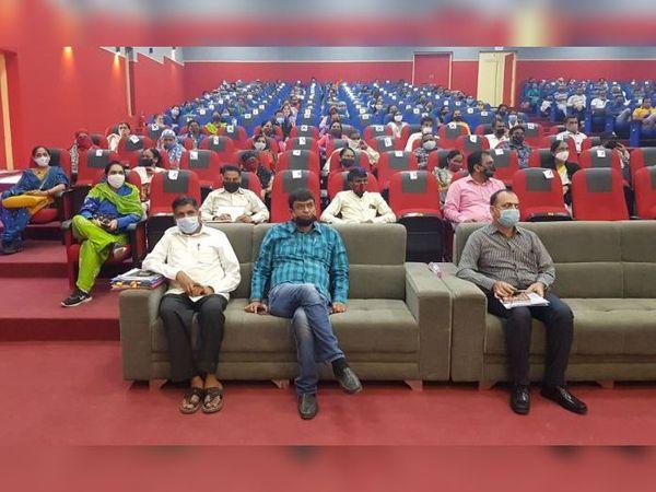 તાલીમમાં પ્રા.શાળાના શિક્ષકો, નગરપાલિકા અને મામલતદાર કચેરીનો સ્ટાફ હાજર રહ્યો - Divya Bhaskar