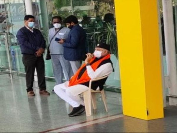 PM મોદીના ભાઈ પ્રહલાદ મોદી લખનઉના એરપોર્ટ પર ધરણા પર બેઠા છે - Divya Bhaskar
