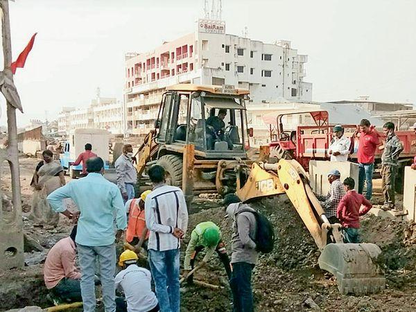 કીમ ઓવરબ્રિજની કામગીરી વેળા ખોદકામ કરતી વેળા ગેસ લાઇન તૂટી હતી. - Divya Bhaskar
