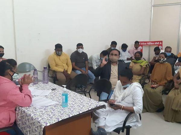 હાલોલ રેફરલ હોસ્પિટલ ખાતે ડીવાયએસપી સહિત પોલીસ કર્મચારીઓએ કોવિડ રસી મુકાવી - Divya Bhaskar