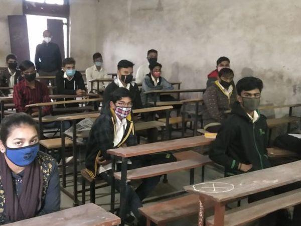 વિરપુરની સી એમ દેસાઈ હાઇસ્કુલમાં સરકારની ગાઇડ લાઇન મુજબ વર્ગો શરૂ કરવામાં આવ્યા - Divya Bhaskar