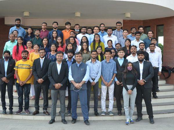 સીએ ફાઇનલમાં પાસ થયેલ વિદ્યાર્થીઓએ આસીએઆઇ ઇન્સટિટ્યુટ ખાતે ગ્રૂપ ફોટો ક્લીક કરાવ્યો હતો. - Divya Bhaskar