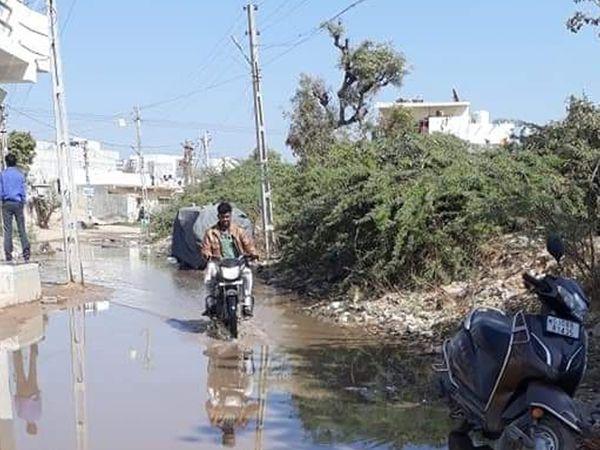 પાલનપુરના હમીરબાગ વિસ્તારમાં ગટરના પાણી રોડ પર ફરી વળવાની સમસ્યા રોજિંદી છે.ટિકિટના અભરખા વચ્ચે આવા પ્રશ્નોનું નિરાકરણ આવે તે જરૂરી છે. - Divya Bhaskar