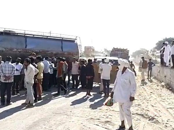 ધાનેરાના સામરવાડા નજીક રસ્તાની માંગને લઇ ગ્રામજનોએ ચક્કાજામ કર્યો હતો. જેને લઇ દોડધામ મચી ગઇ હતી. - Divya Bhaskar