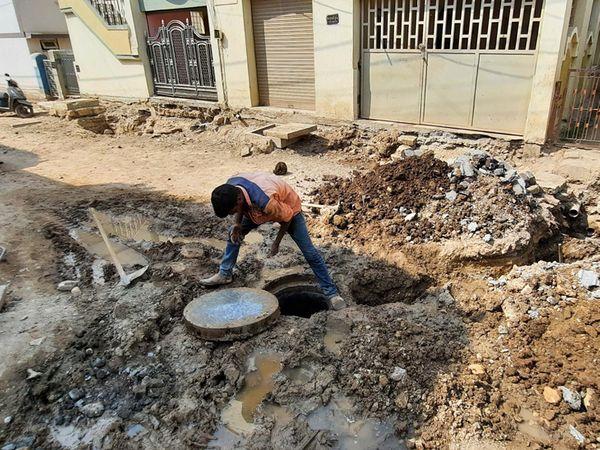 ગોકુલનગરમાં રોડ 2 ફૂટ નીચે ઉતાર્યા બાદ હાઉસ ચેમ્બરો બનાવી છત્તાં ચેમ્બરો ઉંચી રહી ગઇ. - Divya Bhaskar