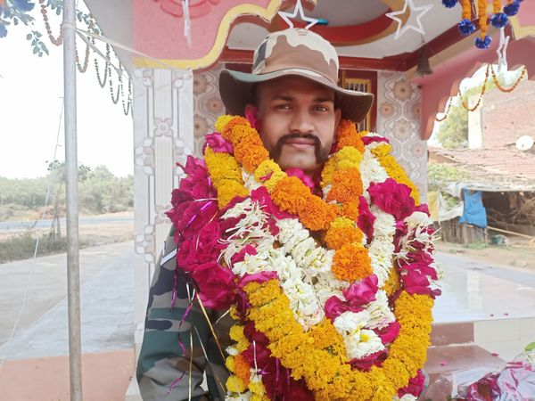 મહેશ ચૌહાણ સૈનિકમા ફરજ પુરી કરી ઘરે પરત ફર્યા. - Divya Bhaskar
