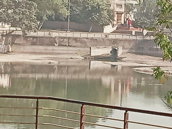 તળાવમાં ગટરની પાઇપલાઇન આપવામાં આવી છે જેથી સોસાયટીઓની ગંદકી અહીં જ આવે છે. - Divya Bhaskar