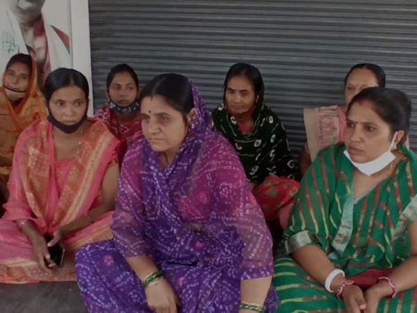 બુધવારે કોંગી મહિલાઓએ ટિકિટ માટે કાર્યાલય બહાર બેસી મોરચો માંડ્યો હતો.