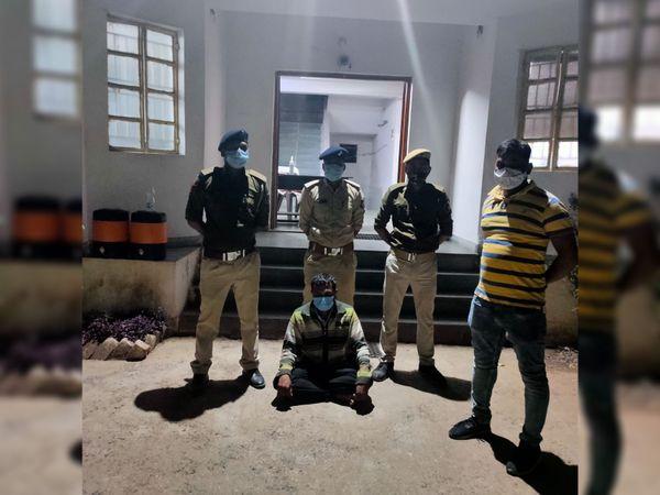 રાજગઢ પોલીસે ઘોઘંબામાં વેપારી-ખેડૂતો સાથે છેતરપિંડી કરનાર વ્યક્તિની ધરપકડ કરી કાર્યવાહી કરી હતી - Divya Bhaskar